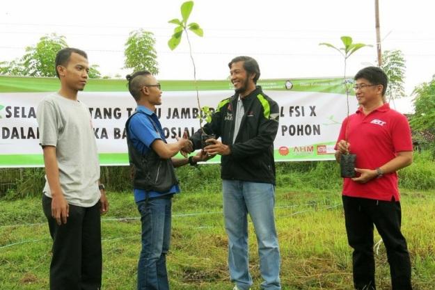 Manager Honda Customer Care Center (HC3) AHM Nyoman Kesawa (ke-2 dari kanan) didampingi oleh Supervisor Promosi Region Jawa Tengah Astra Motor Semarang Thomas Wahyono (ke-1 dari kanan) menyerahkan pohon trembesi kepada Ketua Federasi Supra Indonesia Marco (ke-3 dari kanan) dan Ketua Panitia Jambore Supra X Afif (ke-4 dari kanan) di Jepara, Jawa Tengah (17/5). Sebanyak 200 pohon trembesi ditanam di Teluk Awur, Jepara oleh anggota klub  Honda Supra yang turut hadir dalam pelaksanaan Jambore Supra X (17/5) sebagai bentuk kepedulian dalam pelestarian lingkungan.