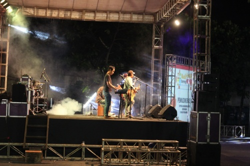 panggung hiburan yang diisi artis lokal...sorry yo mas ga iso lonjak-lonjak,,, lha masih pada capek je :mrgreen: