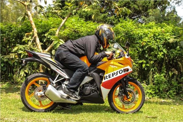 modelnya pake temen ane aja biar menggambarkan kondisi biker pada umumnya :))